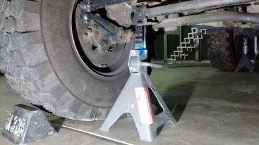 Jack Stand Position on Front Axle of U1300L